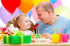 Будьте отцом presentiing девушки ребенка подарка цветка на вечеринке по случаю дня рождения Стоковые Фото