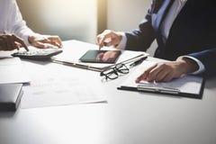 Будьте партнером встреча бизнесменов коллег консультации и d стоковые изображения rf