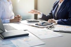Будьте партнером встреча бизнесменов коллег консультации и d стоковое фото rf