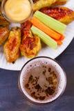 Буйвол пива и крылов цыпленка aleppo Концепция пива и еды стоковые фото