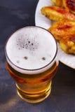 Буйвол пива и крылов цыпленка aleppo Концепция пива и еды стоковое изображение rf
