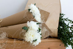 2 букета белых хризантем Стоковые Изображения