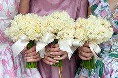 3 букета свадьбы daffodil, который держат bridesmaids Стоковые Фото