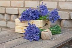 Букеты лаванды в деревянной коробке и катушки веревочки Стоковая Фотография