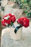 Букеты красной розы в ведре Стоковая Фотография