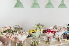 Букеты на таблице, деле флориста Цветки весны различных разнообразий свежие красивое поставки коробки предпосылки изолированное н Стоковые Изображения