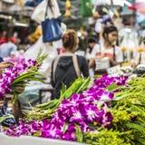 Букеты фиолетовых и белых цветков орхидеи штабелированных дальше показывают a Стоковое фото RF