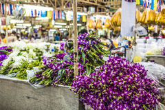 Букеты фиолетовых и белых цветков орхидеи штабелированных дальше показывают a Стоковая Фотография RF