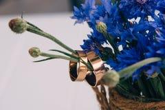 Букеты Cornflowers украшают таблицу в кафе Стоковые Изображения RF