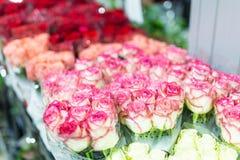 Букеты multiclored роз цветок предпосылки свежий Обслуживание флориста Цветочный магазин свадебного подарка оптовый Хранение a цв Стоковые Фотографии RF
