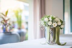 Букет белых роз в вазе около окна Стоковая Фотография