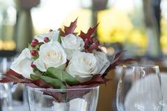 Букет белых роз, красных ягод и кленовых листов, букета внутри Стоковое Фото