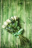 Букет белых роз над деревянным столом Взгляд сверху с космосом экземпляра Стоковое Изображение RF