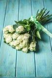 Букет белых роз над деревянным столом Взгляд сверху с космосом экземпляра Стоковое фото RF