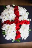 Букет белых хризантем и красных роз Стоковые Фото