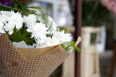 Букет белых хризантем Красивый букет белых хризантем в подарочной коробке Стоковые Фото