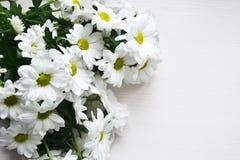 Букет белых хризантем на белой деревянной предпосылке Стоковые Фотографии RF