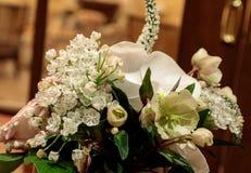 Букет белых цветков включая розы Стоковая Фотография RF
