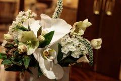Букет белых цветков включая розы Стоковое Изображение RF