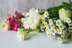 Букет белого freesia, lisianthus, хризантемы Стоковые Изображения RF