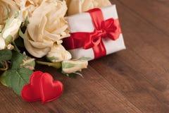 Букет белых роз и подарочной коробки Стоковое Изображение RF