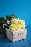 Букет белых роз и подарочной коробки Стоковые Изображения RF