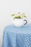 Букет белых роз и freesias Стоковые Изображения