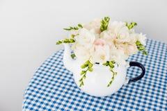 Букет белых роз и freesias Стоковые Фотографии RF
