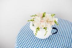 Букет белых роз и freesias Стоковое Изображение RF