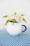 Букет белых роз и freesias Стоковое Изображение