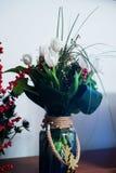 Букет белых тюльпанов и малых красных ягод стоковая фотография rf