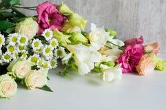 Букет белых freesia, lisianthus, хризантемы и роз стоковые фото
