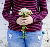 Букет белых wildflowers в руках девушки Стоковые Фото