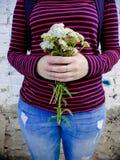 Букет белых wildflowers в руках девушки Стоковое Изображение RF