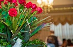 Букет букета цветков 100 красных роз Естественная предпосылка красных роз Граница букета красных роз Стоковые Изображения RF