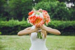Букет венчания в руках невесты Стоковые Изображения