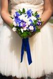 Букет венчания на руках невесты стоковые изображения rf