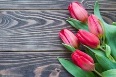 Букет весны красных тюльпанов на взгляд сверху деревянного стола Стоковые Фотографии RF