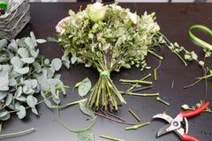 Букет весны на таблице Мастерский класс на делать букеты Учащ аранжировать цветка, делая красивые букеты с вашим Стоковое Изображение RF