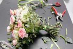 Букет весны на таблице Мастерский класс на делать букеты Учащ аранжировать цветка, делая красивые букеты с вашим Стоковое Фото