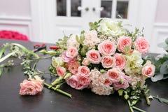 Букет весны на таблице Мастерский класс на делать букеты Учащ аранжировать цветка, делая красивые букеты с вашим Стоковые Фото