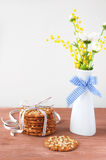 Букет весны цветет на таблице и печеньях Стоковое Изображение