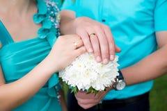 букет вручает кольца wedding Стоковое Фото