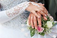 букет вручает кольца wedding стоковые фотографии rf