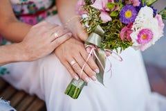 букет вручает кольца wedding Стоковое фото RF