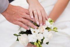 букет вручает кольца wedding Стоковые Изображения