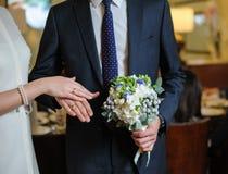 букет вручает кольца wedding Стоковые Изображения RF