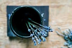 Букет высушенных голубых цветков в взгляд сверху вазы Стоковые Изображения