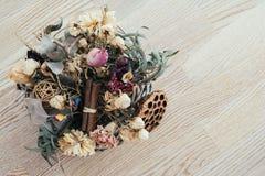 Букет высушенных полевых цветков на деревянной предпосылке Стоковые Изображения