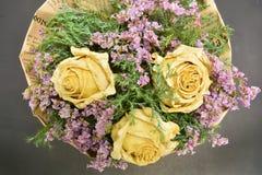 Букет высушенных роз и высушенных цветков Стоковые Фото